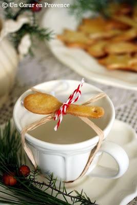 Tasse à thé décorée d'un sablé en forme de cuillère pour un goûter festif