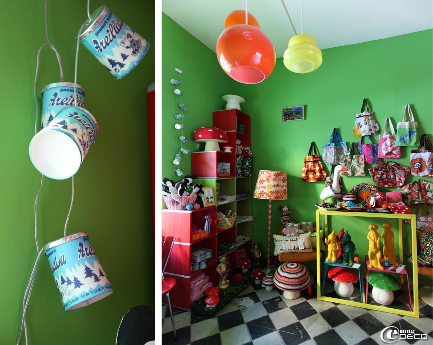 Chez Ad Libitum, la guirlande électrique faite avec des pots de yaourts et les sacs réalisés par Cécile Chareyron, les nains et suricates de l'artiste plasticien Ottmar Hörl et les poupées de Madame Mo