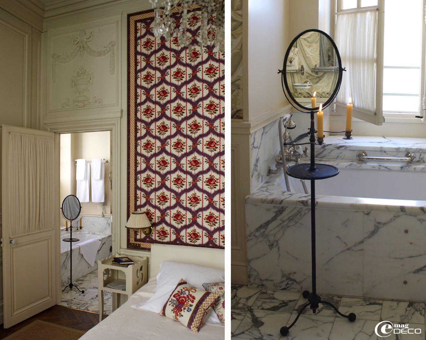 Salle de bain garnie de carreaux de marbre de Carrare Arabesco
