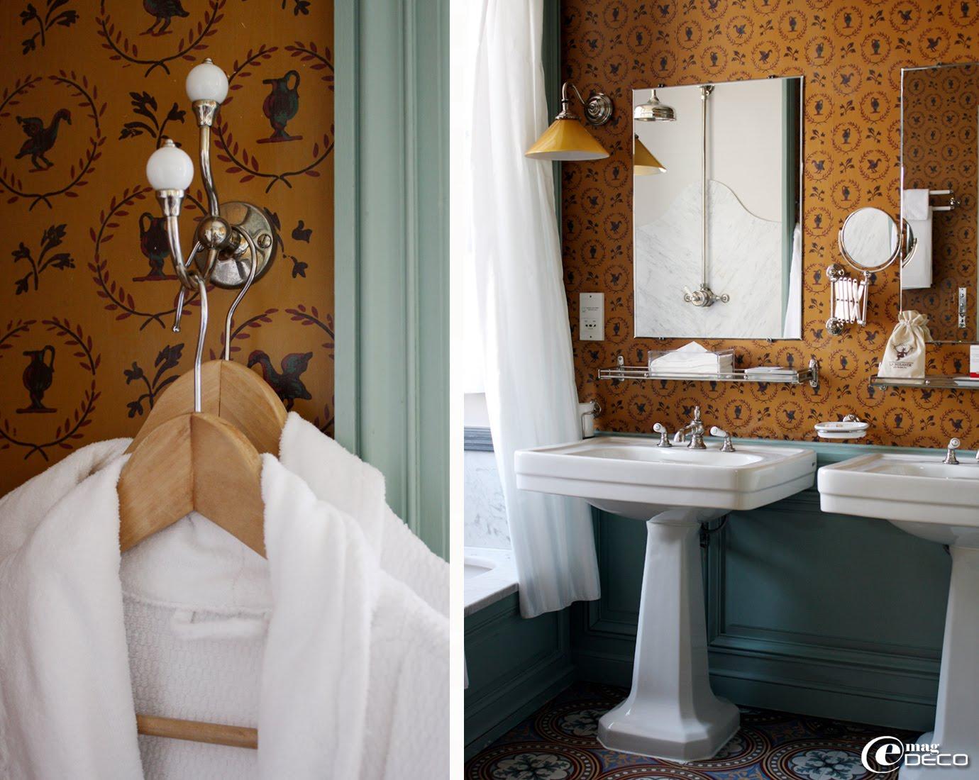 Salle de bain de La Mirande, papier peint imprimé à la planche, éléments sanitaires et robinetterie rétro