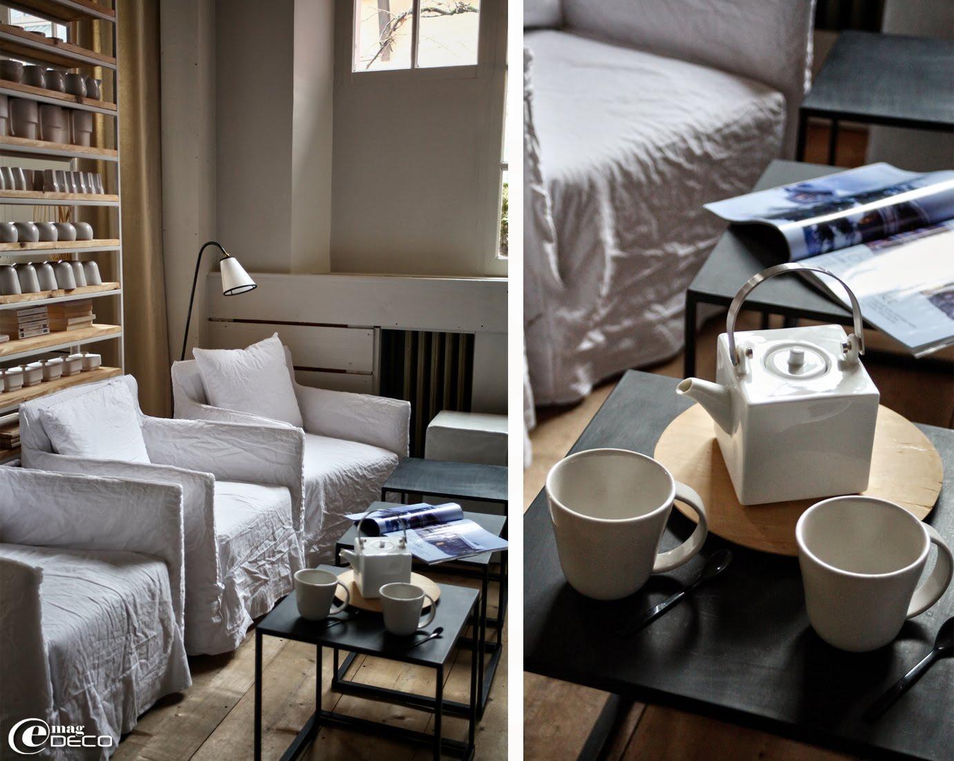 Le salon-bibliothèque de l'hôtel La féline Blanche à Saint-Gervais Mont-Blanc, fauteuils Ghost de Paola Navone pour Gervasoni et liseuse Caravane