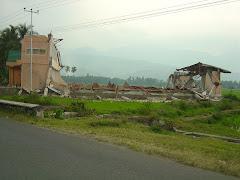 Diruntuhkan gempa
