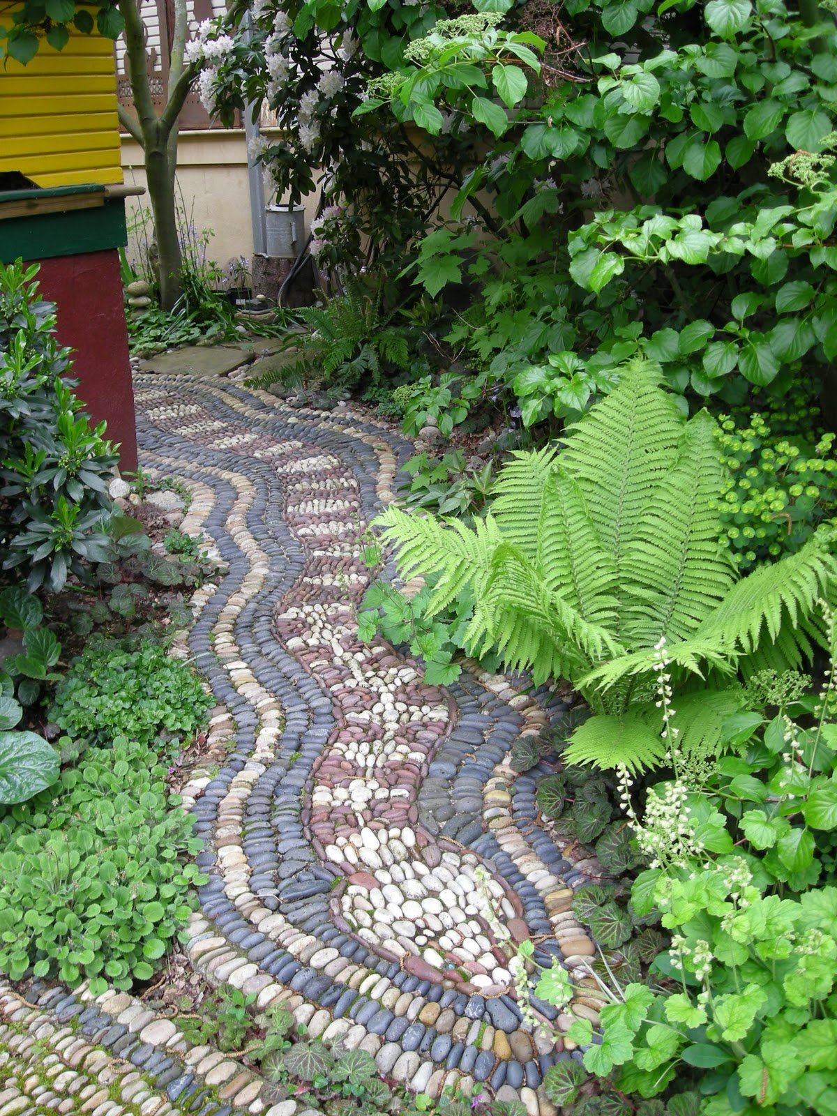 Jeffrey bale 39 s world of gardens pebble mosaic for the garden for Deco jardin original