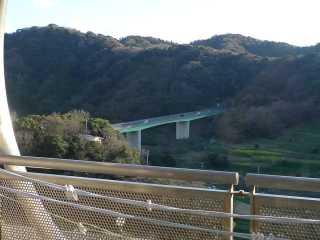 館山道が見える.