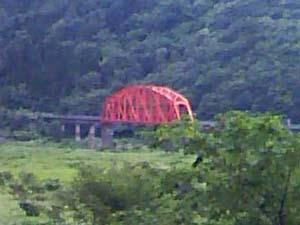 オレンジ色の鉄橋