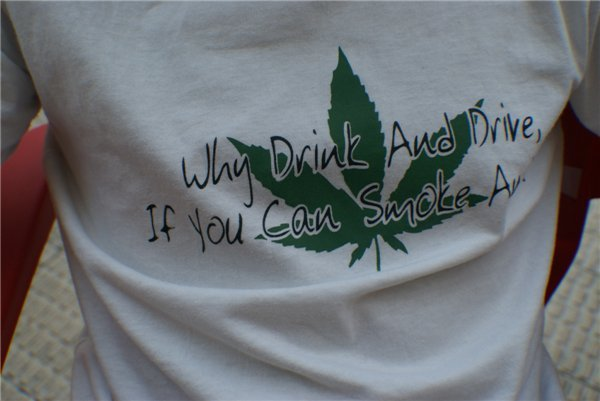 ¿Por qué beber y conducir, si puedes fumar y volar?