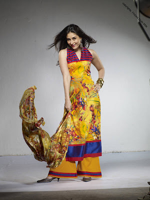 ازياء كارينا كابور Kareena Kapoor Pakistan Fashion Photo 2.jpg