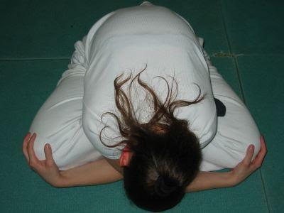poser la tête fermer les yeux,et changer de jambes qui passe par dessus l'autre
