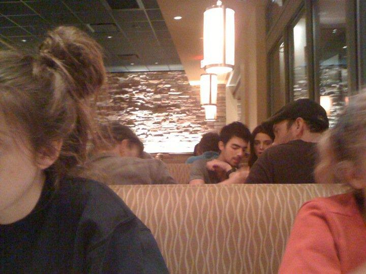 Máfia Mirror Joe e Ashley em um restaurante em Baton Rouge