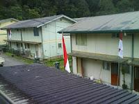bendera di depan rumah