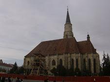 Statuia lui Matei Corvin si catedrala romano-catolica