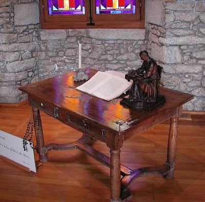 Nesta mesa São Luís Maria Grignion de Montfort  escreveu o Tratado e a consagração a Nossa Senhora.  Saint-Laurent-sur-Sèvre, França; santuário do Santo.