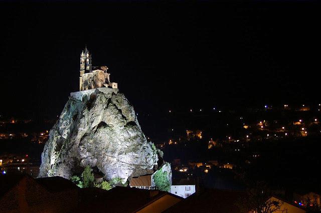 Le Puy-en-Velay, capela de São Miguel na noite, catedrais medievais