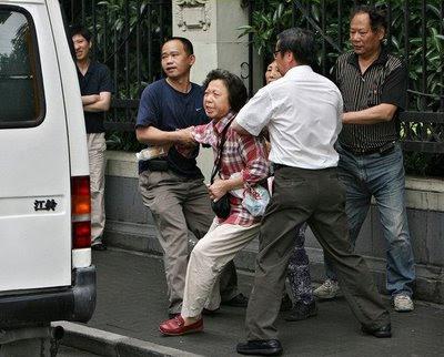 Presa por pedir casa própria, Shangai. Pesadelo chinês