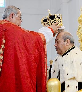 Rei de Tonga coroado pelo Arcebispo, Luzes de Esperança