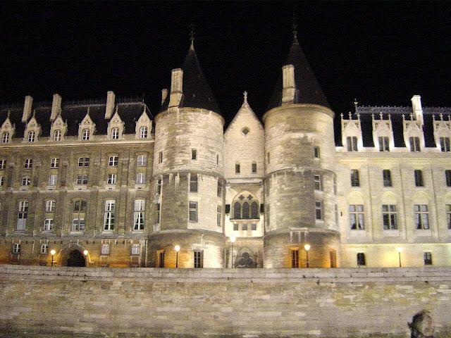 Fachada medieval sobre o rio Sena