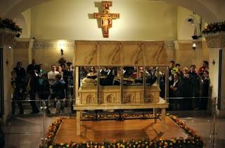 Corpo do Padre Pio no relicário de cristal