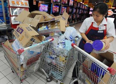 Produtos contaminados com melamina nas prateleiras do Carrefour, China