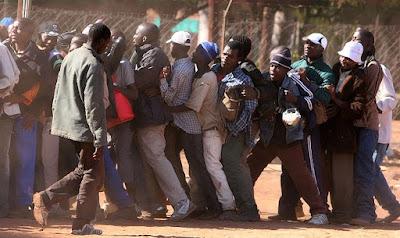 Zimbabuanos querem fugir do pais e entrar na Africa do Sul