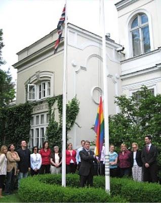 Embaixador RicTodd levanta bandeira homossexual na embaixada britânica de Varsóvia