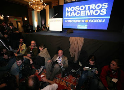 Desânimo tomou conta logo do quartel general Kirchner durante a apuração dos votos