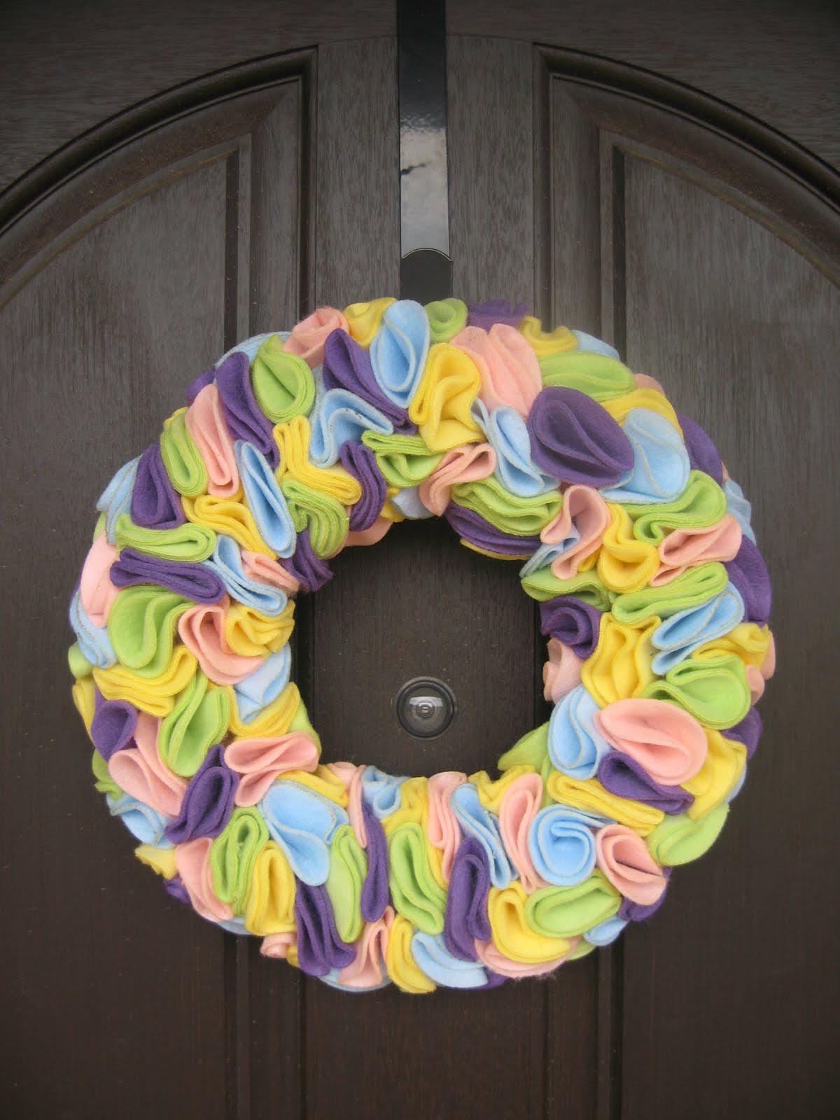 Felt / Fleece Easter Wreath. Click for 40 more #DIY #Wreath Ideas