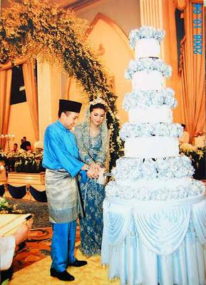 Foto Manohara bersama Fakhri memotong kue pernikahan di Istana Negeri ...