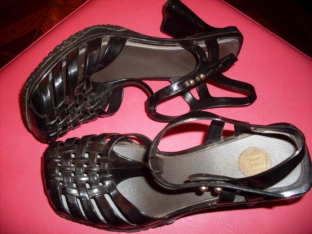 679641ca0 Cor: Preta Ela está novíssima, foi muito pouco usada. O broche brinde da  melissa tbém acompanha. Troco por roupas ou sapatos ou vendo por R$50.