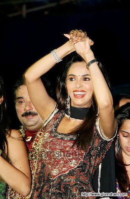 Mallika Sherawat's Nagin dance at Navratri Event5