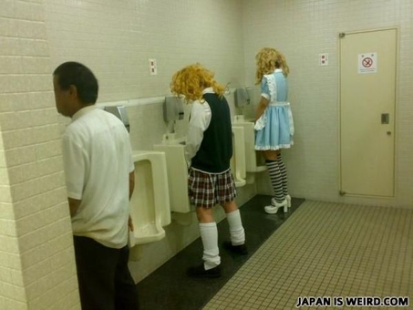 zhenshini-pisayut-v-tualete