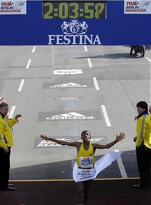 El mestre Haile Gebrselassie aconseguint el WR de marathon a Berlin 2008