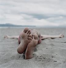 Sentada en la arena