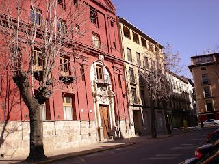 Otra vista de la fachada del Seminario de Nobles junto a casa de moderna construcción