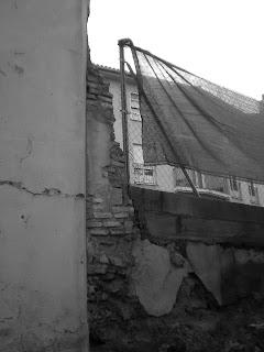 Resto de muralla de Calatayud disimulado con unas vallas