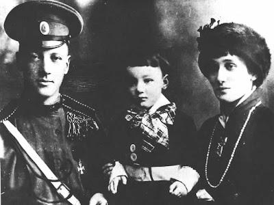 अन्ना के जीवन का एक दुर्लभ खु़शनुमा समय - पति निकोलाई गुमिल्योव और पुत्र लेव के साथ, १९१३