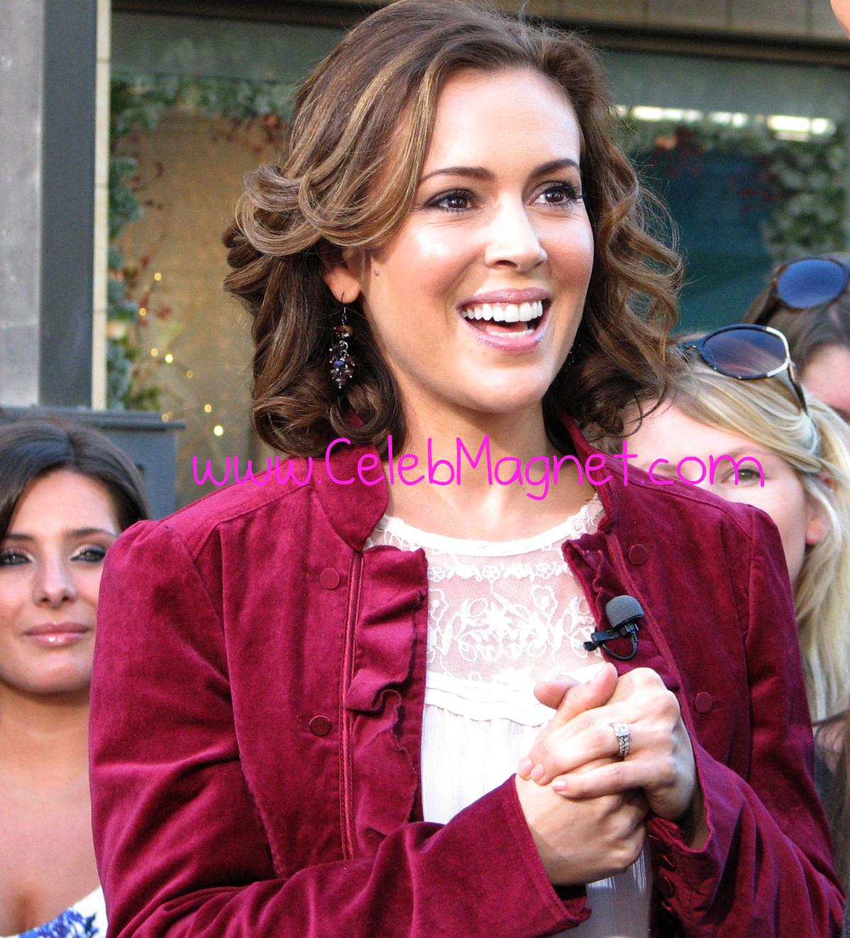 http://4.bp.blogspot.com/_LQQ5FS2UDbY/TP3tBEExIaI/AAAAAAAADN4/wqYpx0ukxjE/s1600/Alyssa_Milano_Extra_Grove.jpg