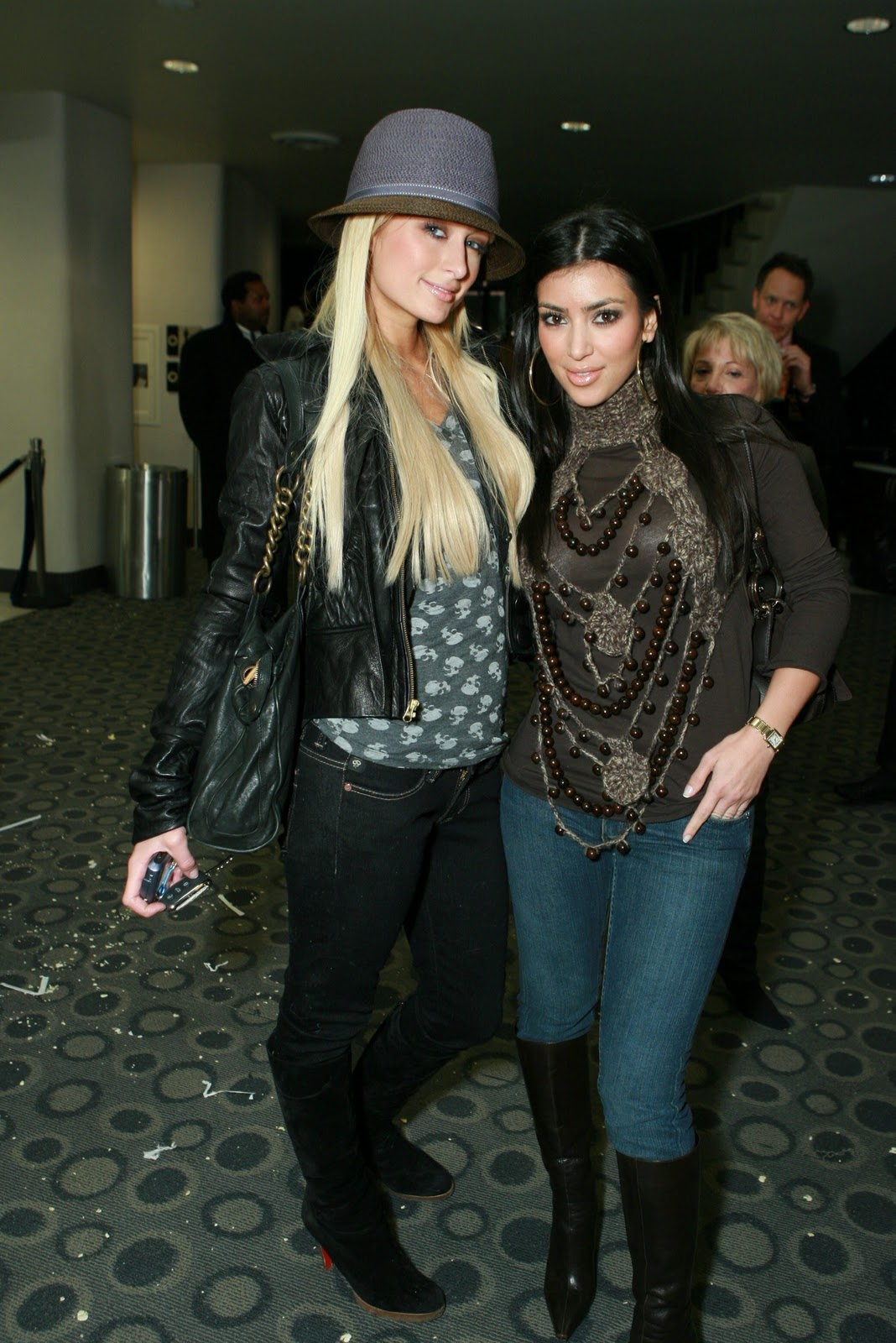 http://4.bp.blogspot.com/_LRzFEyAOGAA/TQnLM_FWRqI/AAAAAAAAD0E/6O9hPWHVPjQ/s1600/43663_Paris_Hilton_and_Kim_Kardashian_02_122_387lo.jpg