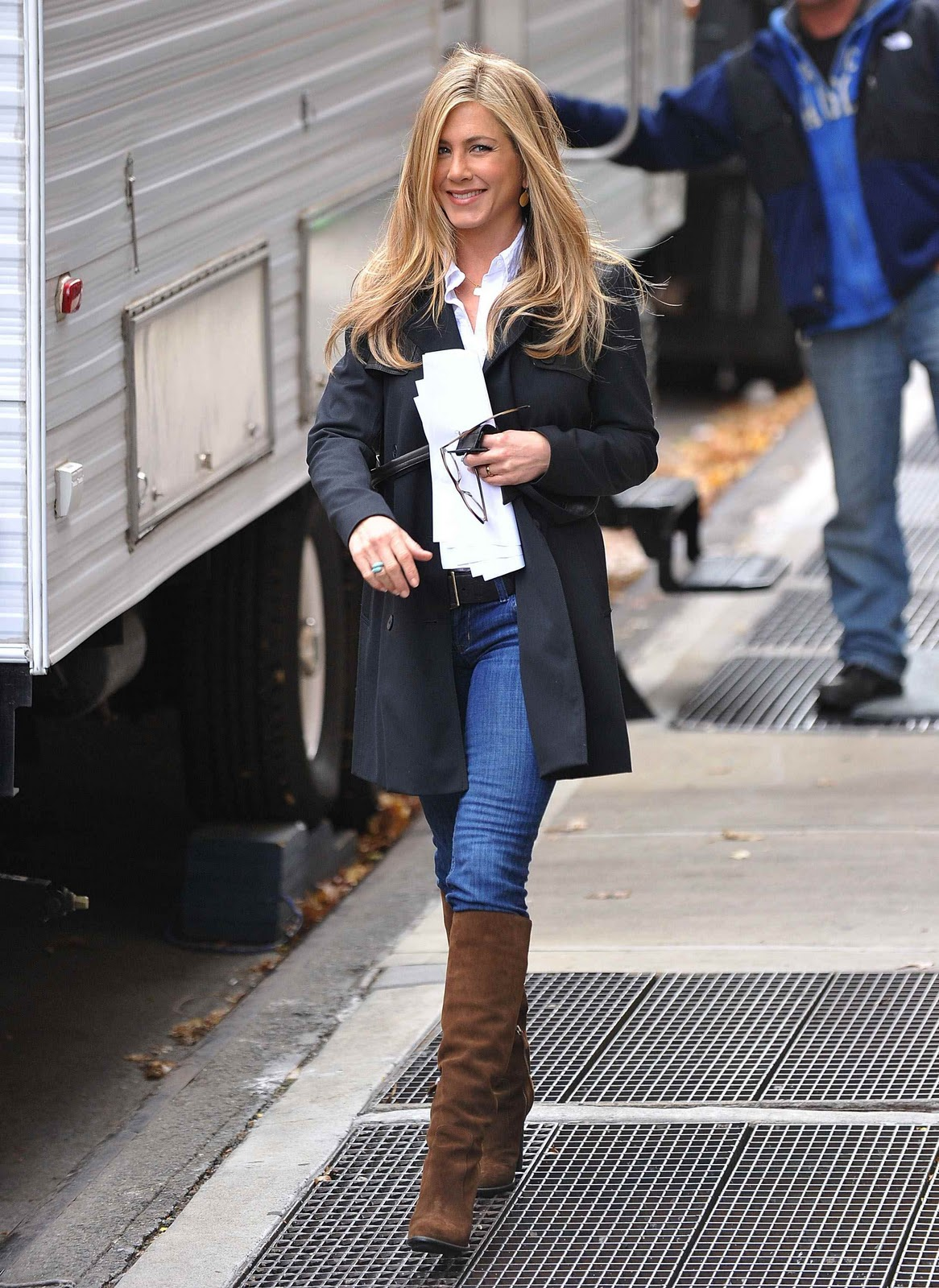 http://4.bp.blogspot.com/_LRzFEyAOGAA/TShjRnXQsNI/AAAAAAAAEUI/yGInK6Tmi1Q/s1600/73815_by_mah0ne_Jennifer_Aniston_On_The_Set_Of_Wanderlust_In_New_York_18.12.10_021_122_354lo.jpg
