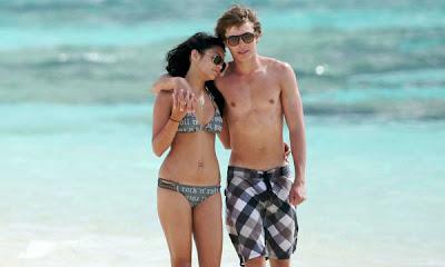 Zac Efron y Vanessa Hudgens en la playa
