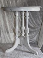 Lite bord med tre søyler