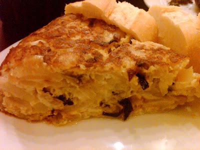 tortilla de batata e cebola é feita na hora pelo cozinheiro que é ...