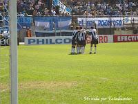 Todos abrazan al autor del gol pincha