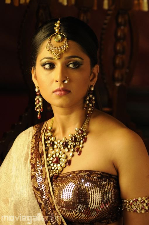 Anushka Shetty Hot Pics in Traditional South Indian Dress