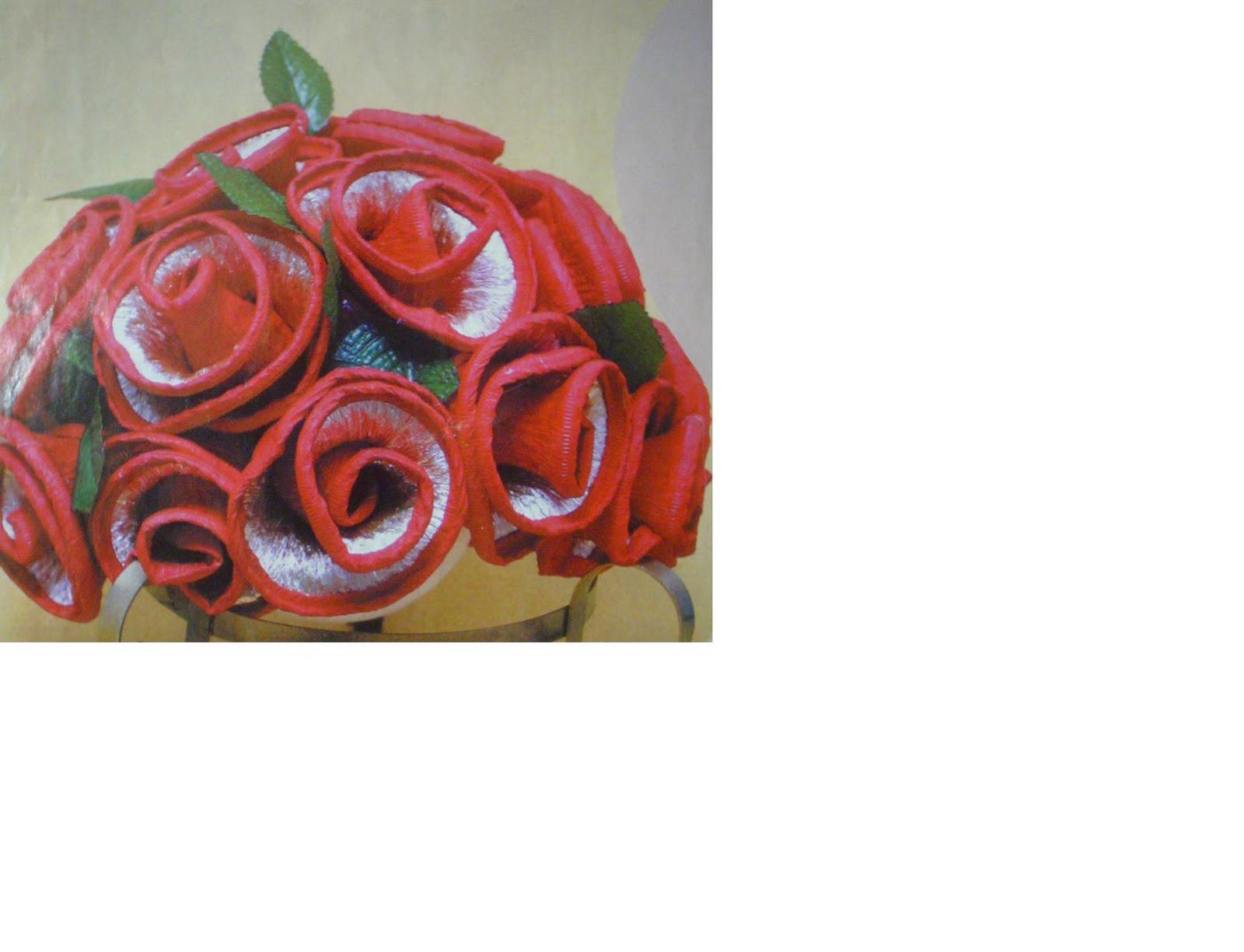 Estas flores são feitas de papel crepon e o miolo delas e recheado