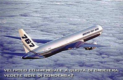 Boeing 767 in volo ufficiale. Nessuna scia.