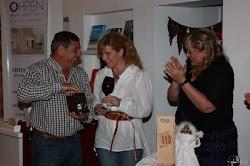 Alfredo Di Ángelis y Mariela Allaix reciben un regalo de Ángeles Decoraciones