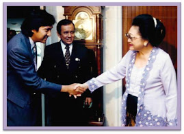 Ikang Fawzi bersama Ibu Tien Soeharto