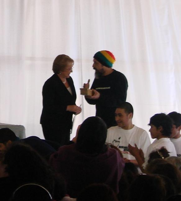 Rodrigo entregando programa Ludobus chile 2008