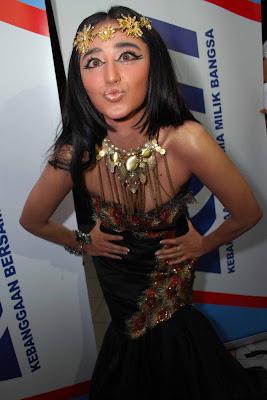 Julia Perez VS Dewi Persik .. Siapa menang ?