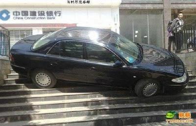Photo Crazy Parking Foto Cara Parkir Mobil Super Keren Susah Ditiru Pasti Ditangkap Polisi Gambar Mobil Parkir Cool Picture